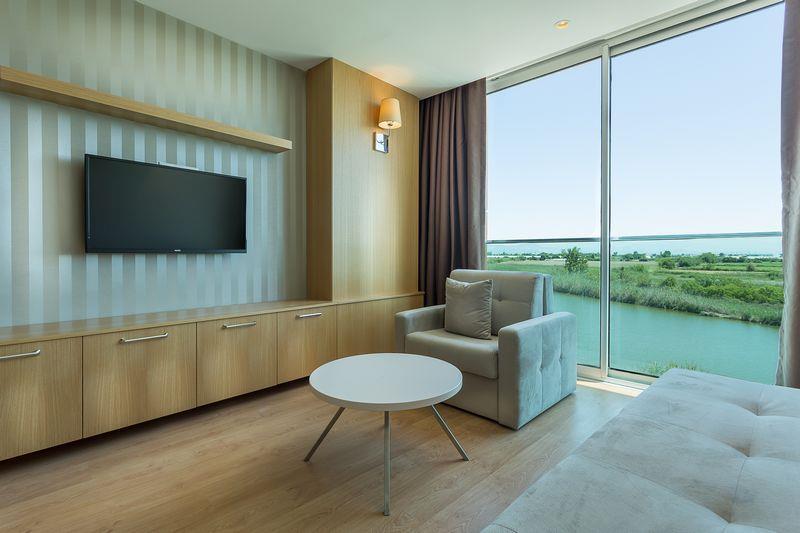 http://www.orextravel.sk/OREX/hotelphotos/aska-river-suite-area-0012.jpg